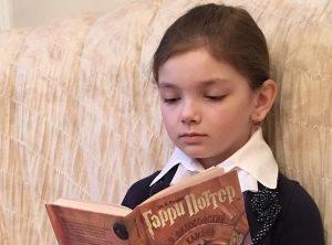 Лиля читает Гарри Поттера